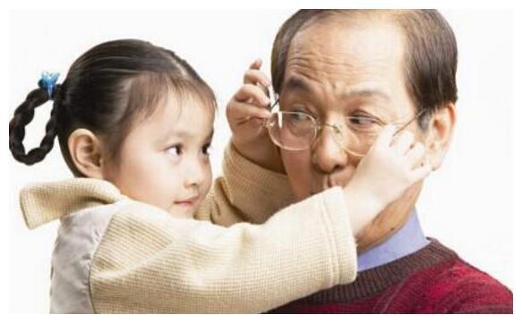 """爷爷给孙女取名""""紫懿"""",家人很满意,妈妈怒怼:让别人笑话!"""