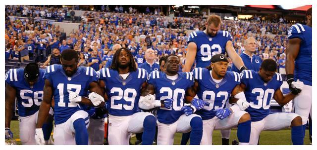 """NFL橄榄球成反特朗普第一联盟!赛前唱""""黑人国歌"""",抗议美政府"""