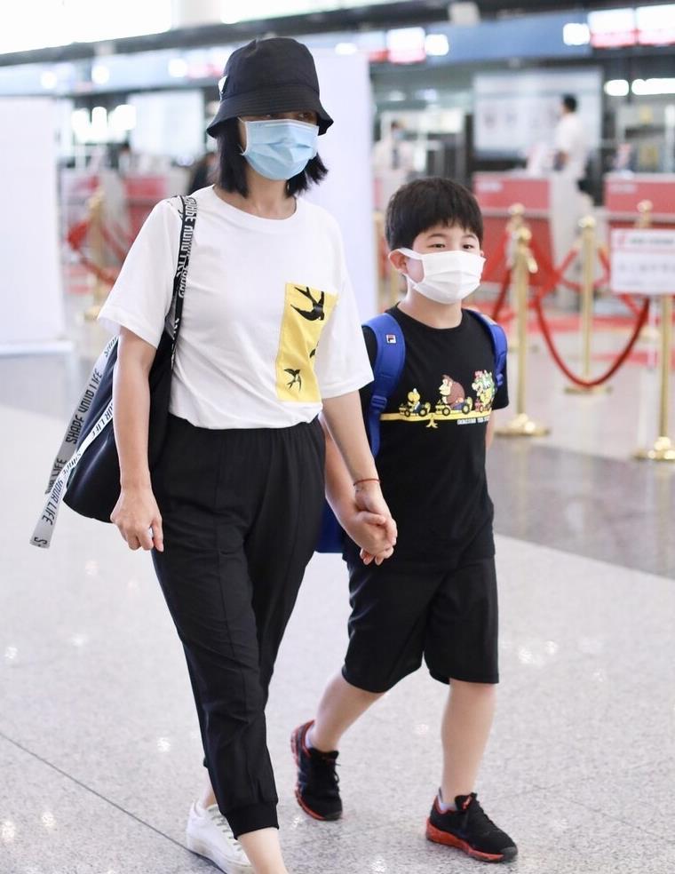 胡可现身机场,穿休闲裤小肚子凸起,早就成了中年老阿姨!