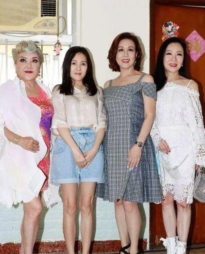 """54岁李丽珍同框""""老姐妹"""",穿露腰衬衫配短裤,简约大气显年轻"""
