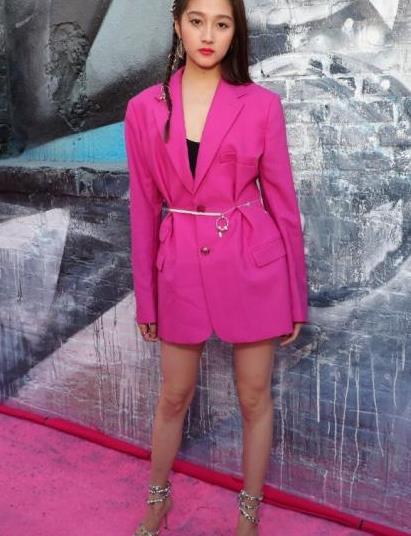 关晓彤挺自信,身穿玫粉色西装秀身材,这造型肤色不白真撑不住