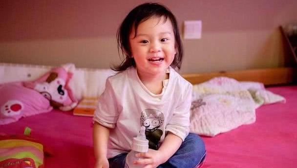 邓超女儿六岁庆生照曝光,娃娃领连衣裙十分甜美,五官酷似孙俪
