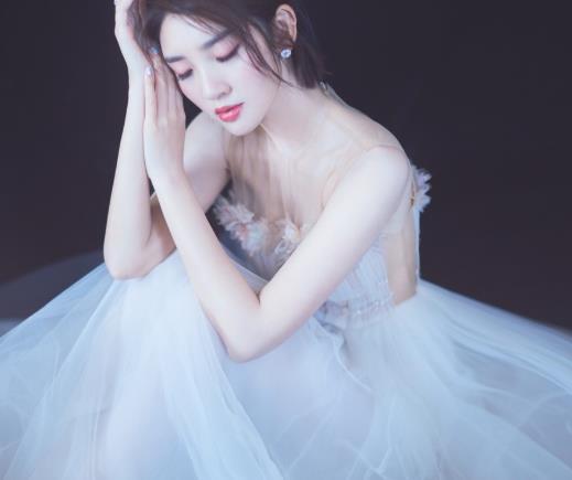 唐艺昕穿抹胸裙太完美,香肩锁骨惹心动,裙摆飘逸