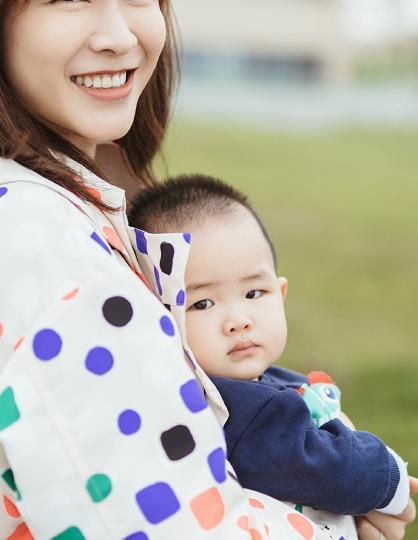 李艾带儿子去海边玩,穿彩色波点风衣真时髦,不愧是超模辣妈