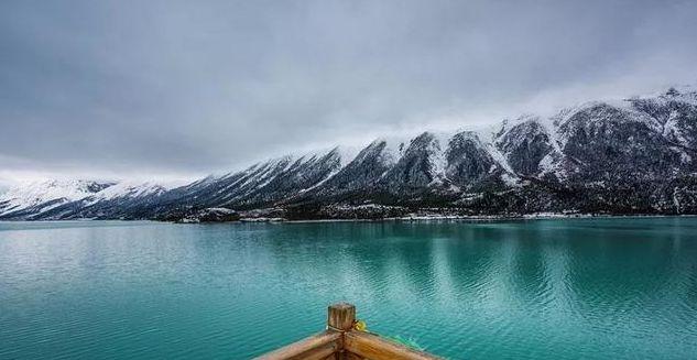 天堂有泪化作柔情然乌湖水,湖面碧波荡漾,随手一拍即是大片