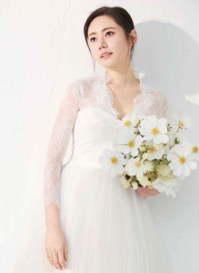 41岁秋瓷炫重拍婚纱照,她盘着头发,戴白色头纱,尽显仙气十足!