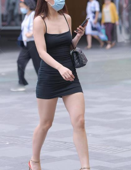 黑色吊带裙搭配一双恨天高,不仅显腿长还彰显出都市女性的魅力