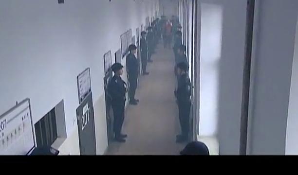 警中警:犯人法庭上诉,脱下衣服说警察刑讯逼供,陪审团怒了