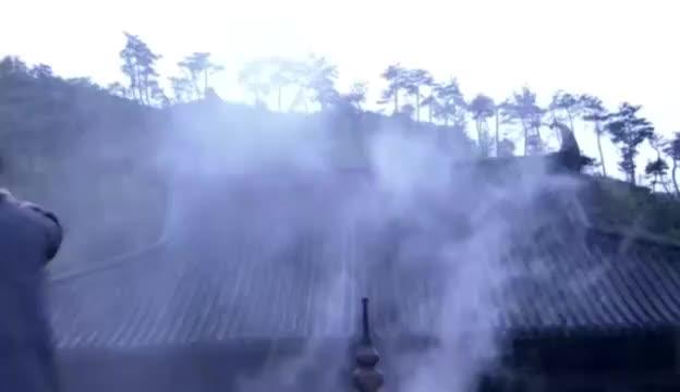 霍都带人打进重阳宫,不料郭靖霸气登场,一招降龙十八掌震飞众人