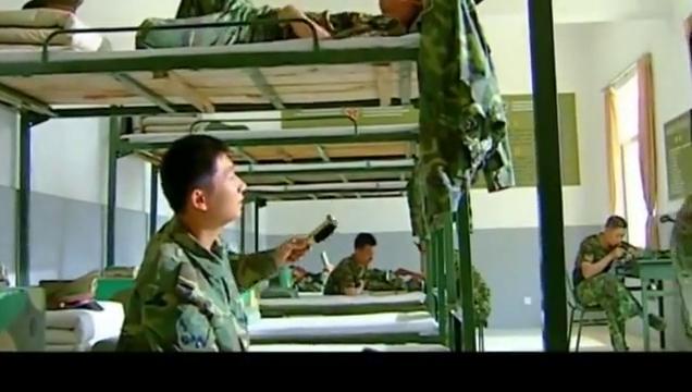 士兵突击:白铁军嘲笑许三多,甘小宁听不下去,许三多拿命拼呢