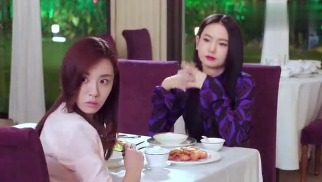 美少妇跟朋友去吃饭,有人替她们买单,临走打包10只大闸蟹