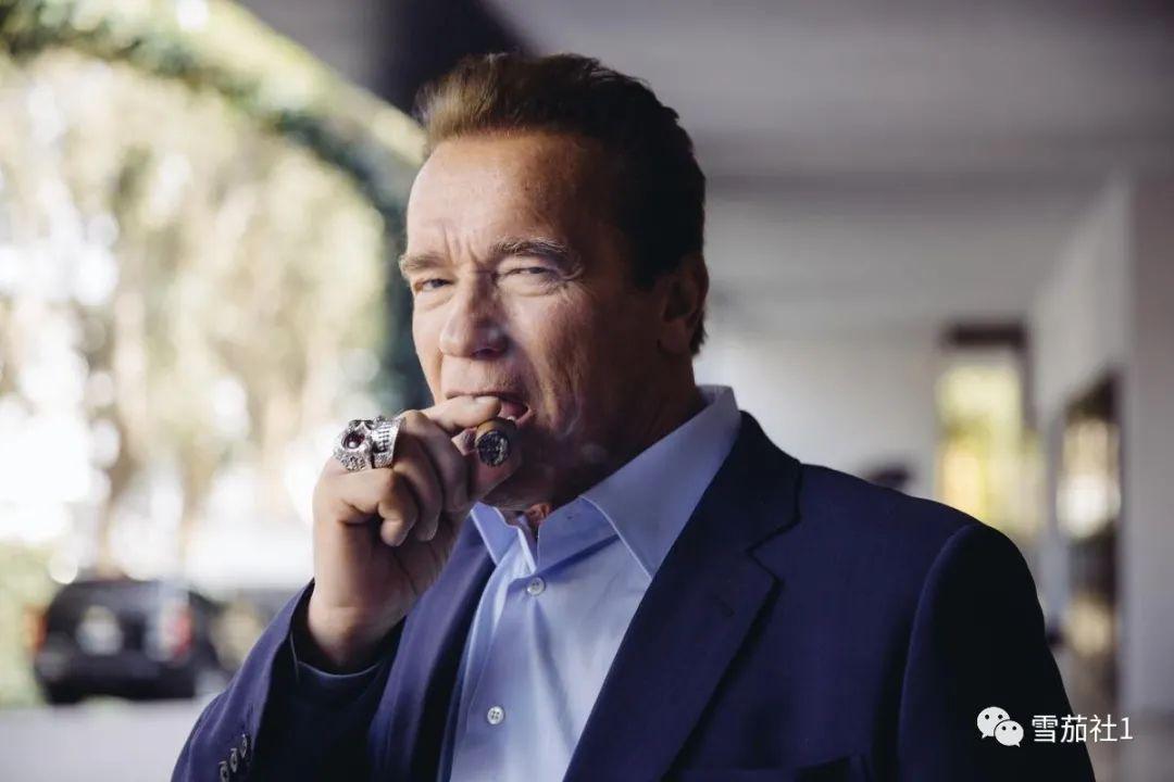 硬汉施瓦辛格用雪茄诠释阳刚办公室外设立户外雪茄帐篷