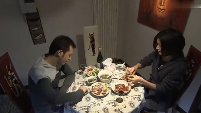 夫妻俩正吃饭,丈夫突然把音响打开,竟是为了毒打妻子,太畜生!