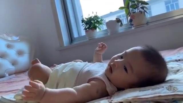 大早上一醒来,宝宝就开启假音模式,这声音听着太搞笑了!