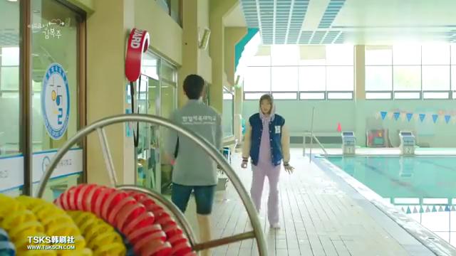 举重妖精:金福珠给男主送手绢,不会游泳,却被男主甩进游泳池里