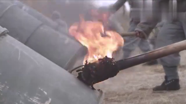 八路军炮兵排把汽油桶改装成炸药包发射器,日军阵地被火力覆盖!