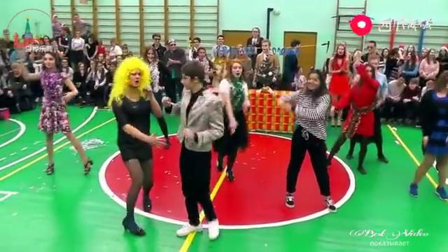 俄罗斯中学生圣诞联欢会,班长男扮女装的样子简直太好笑了