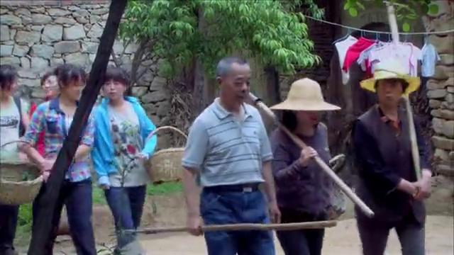 村民禁止记者进村,女记者伪装成农家妇女进村暗访,有戏看了!