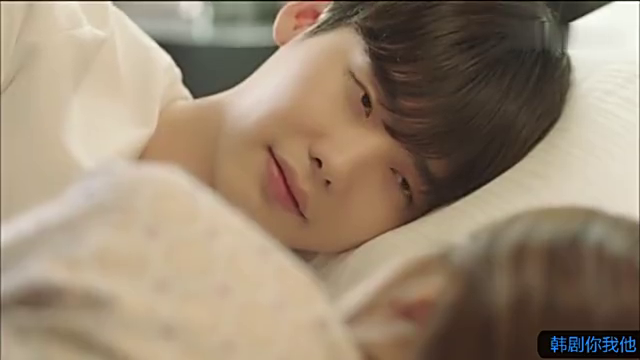 《W两个世界》李钟硕抱着韩孝周睡的样子真的很甜