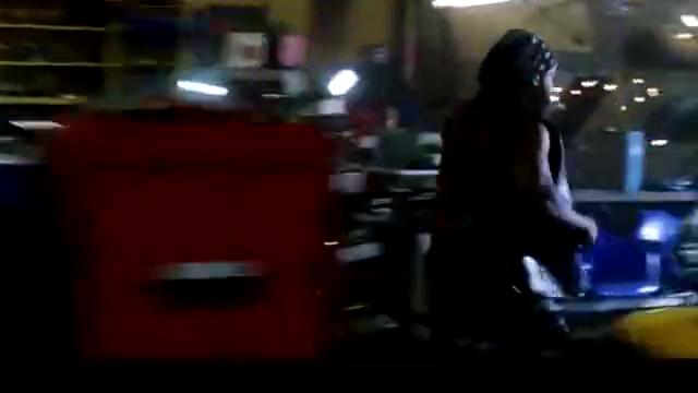 两辆摩托车在城里飙车,玩命追逐,声浪震碎了路边的车玻璃