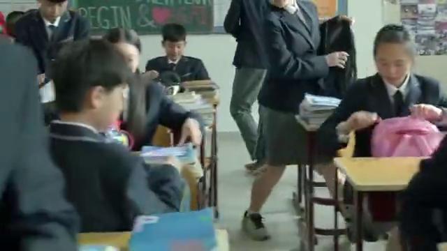 小别离:班里男生帮张子枫改试卷分数,黄磊竟相信了,还要签字