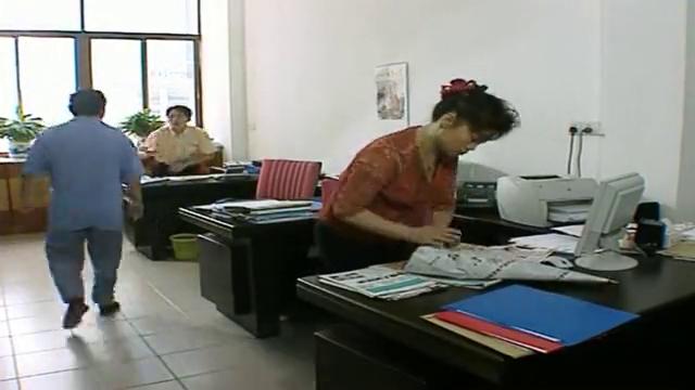 外来媳妇本地郎:黄菲管理单位报纸,阿耀拿回家给康伯剪报纸投稿