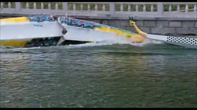 他们用马达龙舟比赛导致龙舟出了事故对手溺水了,教练也被劝退了