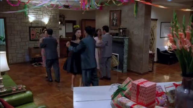 《四千金》利智一出场就吸引了闺蜜男友目光,刘嘉玲气得跟她斗舞
