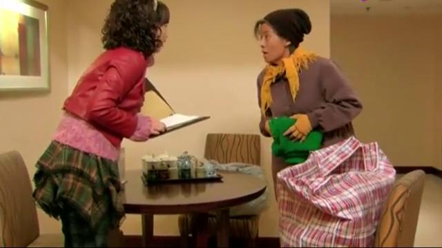 农村婆婆发现酒店里的东西不要钱,立马塞自己包里,结果尴尬了