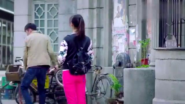 小伙骑自行车带美女出门,不料看到美女坐车的方式:你精神病啊