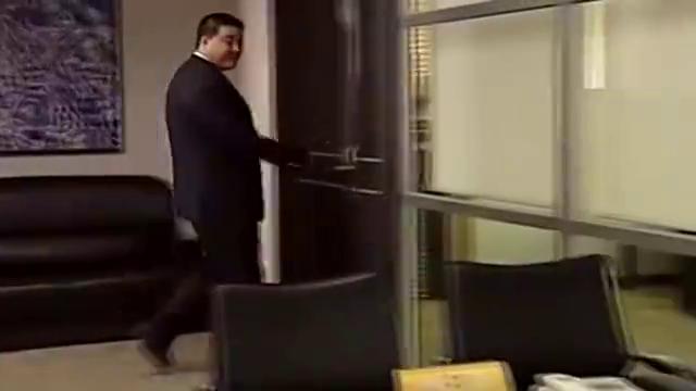 男子要见老板被秘书拦住,留下张字条,老板看后大骂秘书