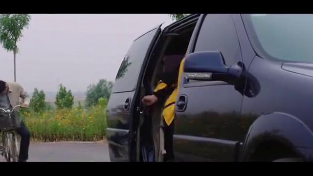 男子去接导演进村里拍视频,不料自信车被自己给蹬坏了,跑着回