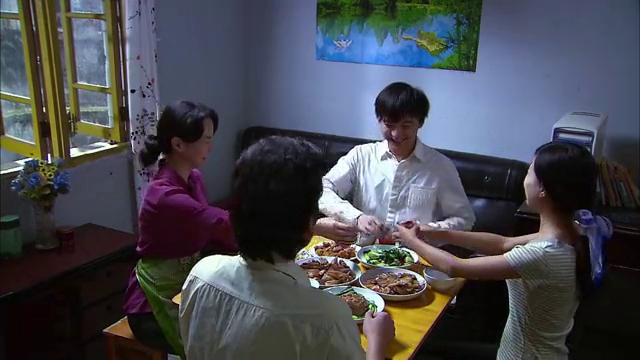 一家人在那吃饭张强妈妈有点不对,到底怎么了有心事?