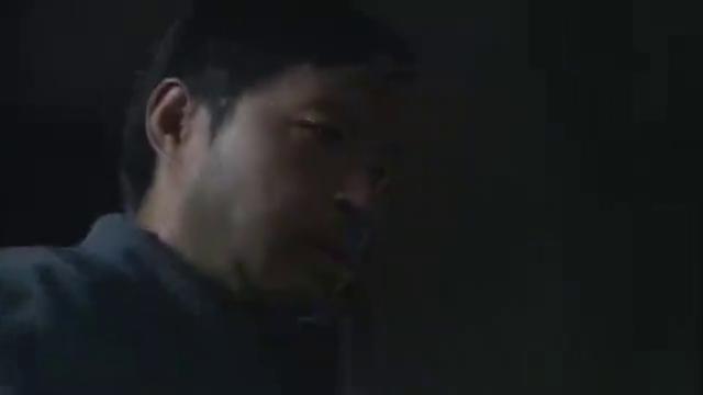 冲出月亮岛,男子找到鬼子机密文件,藏在了厕所里