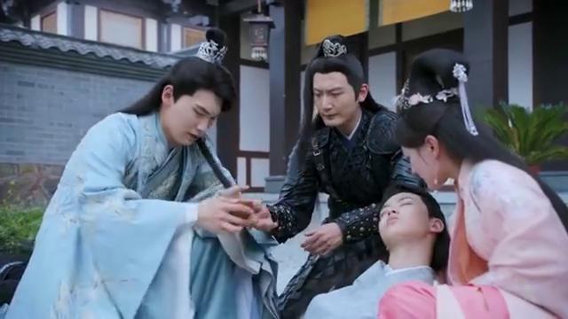 《双世宠妃2》墨连城被剑刺中受重伤,小檀把他的假面具摘了
