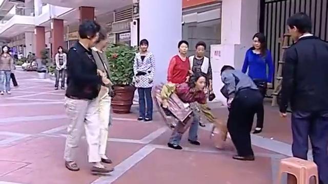 继母后妈:丈夫意外去世,妻子为了生活被迫在街上擦鞋,可怜