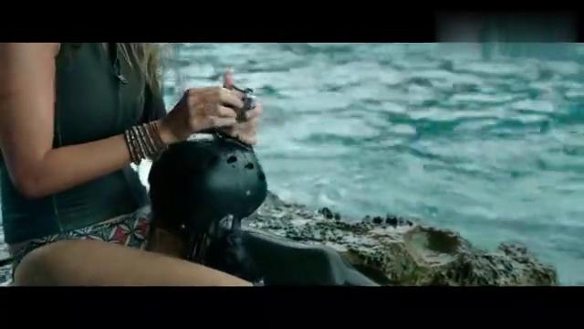 鲨滩:美女为了自救,只能殊死一搏,水母果然是鲨鱼的克星!