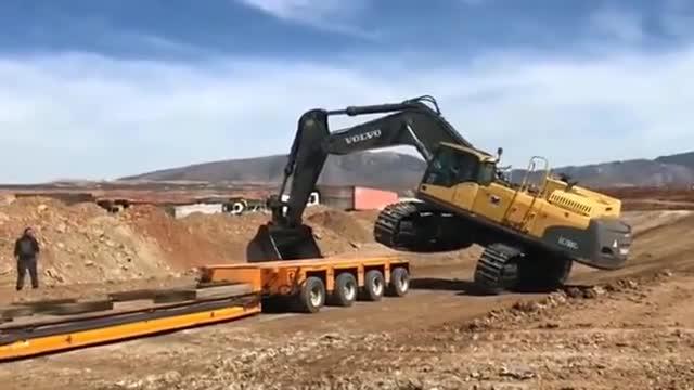 挖掘机上拖车难吗?机械臂一撑,拖车过来接就搞定了,真简单