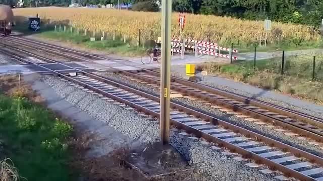牛人骑着自行车,竟然敢和火车抢道,可谓命悬一线