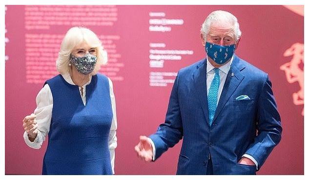 73岁的卡米拉也有一颗少女心,蓝裙内搭荷叶边白衬衫,清新减龄