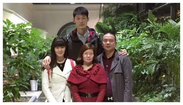 中国男篮又1对神仙情侣!与女友相恋6年,22岁天才球员正式领证