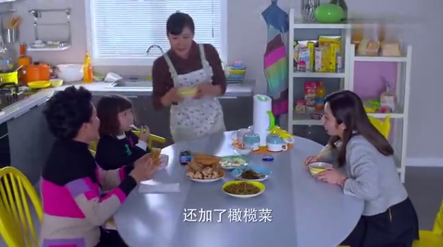二胎时代:儿媳要孩子自己吃饭,婆婆心疼喂她,两代教育观点不同