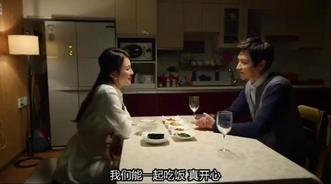 夫妻两人吃饭,妻子拿出红色液体来给丈夫喝,丈夫竟是吸血鬼