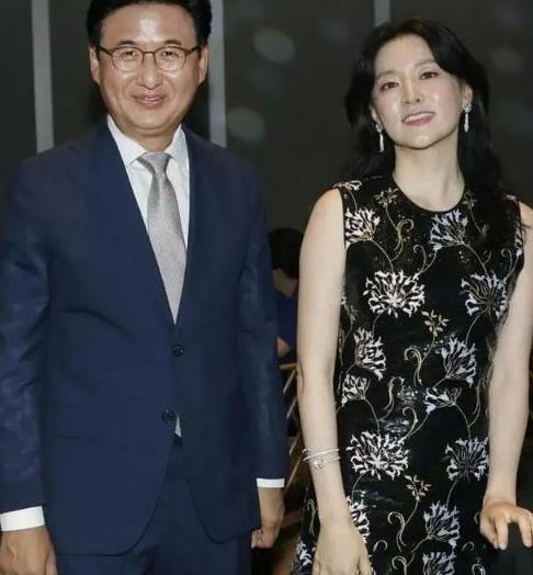 49岁李英爱真不显老,穿碎花连衣裙优雅高贵,好气质透到骨子里