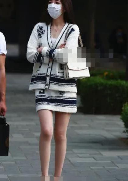 街拍:美女白色毛衣裙搭高跟鞋,气质高贵,优雅迷人