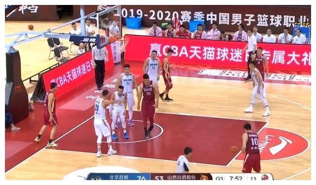 北京男篮出现严重失误,林书豪和翟晓川爆发激烈争吵,主帅看热闹