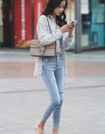 街拍美图:美女身材太美了,穿搭时尚又精致,很有韵味!