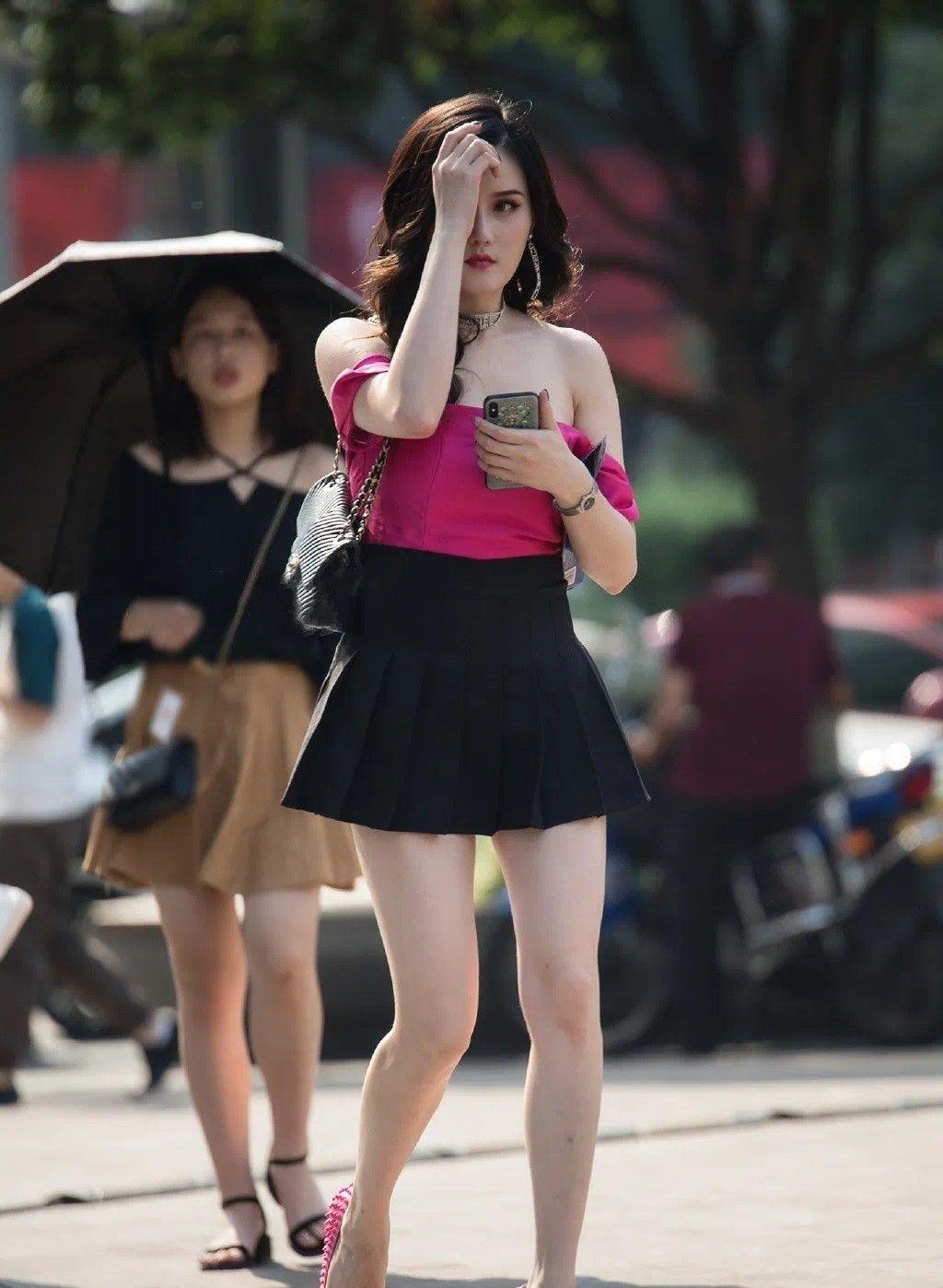 玫红色一字肩搭配黑色短裙,高跟鞋颜色同上衣相呼应