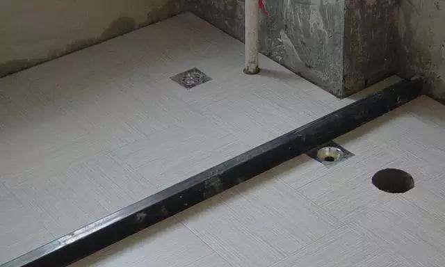 卫生间不要再做挡水条了,他们都流行装这种,省钱防水又美观