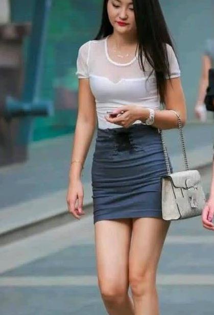 街拍:小姐姐穿白色透视T恤搭配超短裙逛街,笑容甜美暖人心